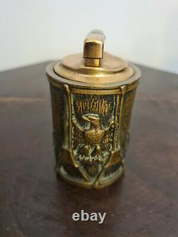Très beau briquet Max le Verrier Art déco en bronze. Signé. (Rare). À l'aigle